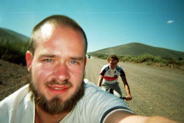 Chris und ich auf der staubigen Ruettelpiste in Bardas Blancas