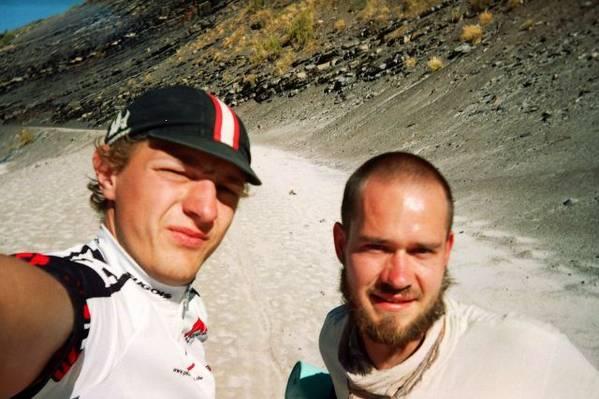 Ich und Chris - und im Mittelgrund eine dieser fiesen Sandpisten