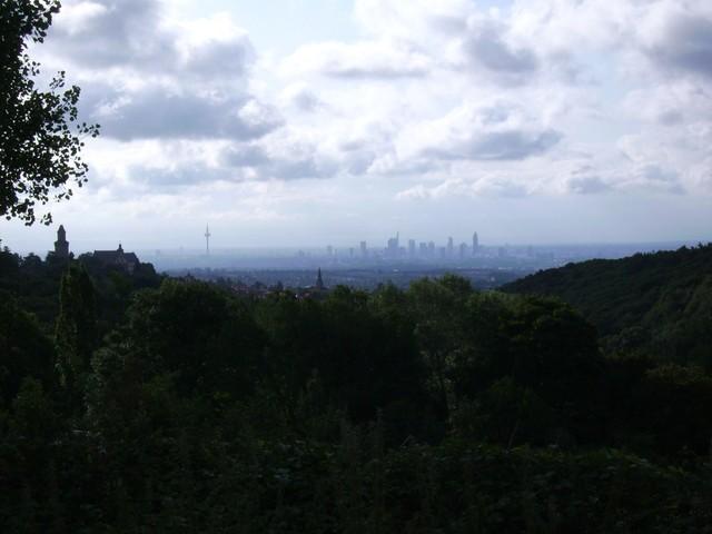 Blick auf Frankfurt, links die Burg von Kronberg