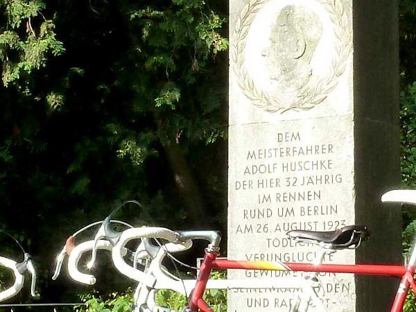 Das Denkmal für Huschke an der Unfallstelle in Sachsenhausen.